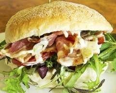 Hamburger au fromage de chèvre, tomate et bacon : http://www.cuisineaz.com/recettes/hamburger-au-fromage-de-chevre-tomate-et-bacon-70574.aspx