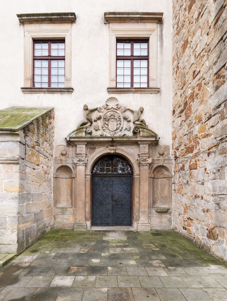 Early baroque portal of the Wiśnicz Castle with Śreniawa coat of arms of the Lubomirski family was created after 1593