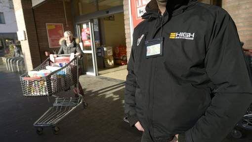 Sinds gisteren heeft supermarktketen Delhaize veiligheidsagenten geposteerd voor de grote meerderheid van haar 140 eigen winkels. Ook de franchisehouders krijgen extra bewaking aangeboden op kosten van het moederhuis. Om hoeveel agenten het precies gaat, wil Delhaize niet kwijt.