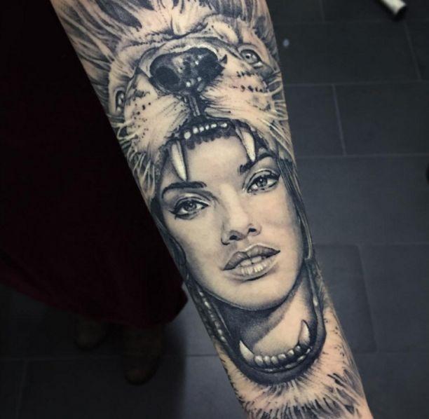 Tattoo Frau im Löwen Kopf   Tattoovorlage
