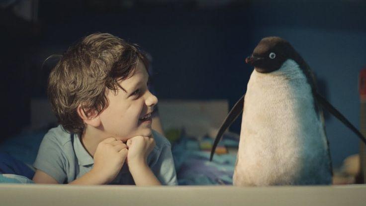 John Lewis Christmas Advert 2014 - #MontyThePenguin毎年評価の高いクリスマスCMを公開しているイギリスのデパート、ジョン・ルイスの2014年クリスマスCMが公開されました。  CMの主人公の少年とペンギンはベッドでアニメ「ピングー」を見たり、かくれんぼをしたり、時には嫌いな食べ物を食べてもらったりととても仲良し。  ところがある日、テレビでキスシーンを見てからペンギンの心はここにあらずという感じで公園やバス停でキスするカップルを見て、どこか寂しそうでした。  そこで少年はペンギンにあるクリスマスプレゼントを思いつきました。  果たして少年がペンギンにプレゼントしたものとは?