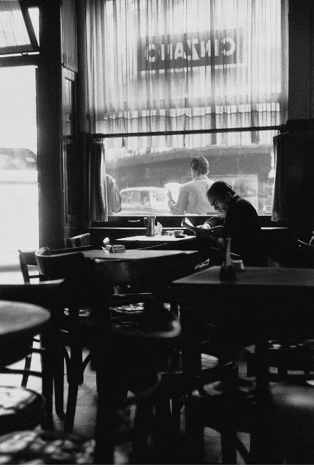 Hermosa foto de Sara Facio. ¿Qué haríamos sin los bares de Buenos Aires?