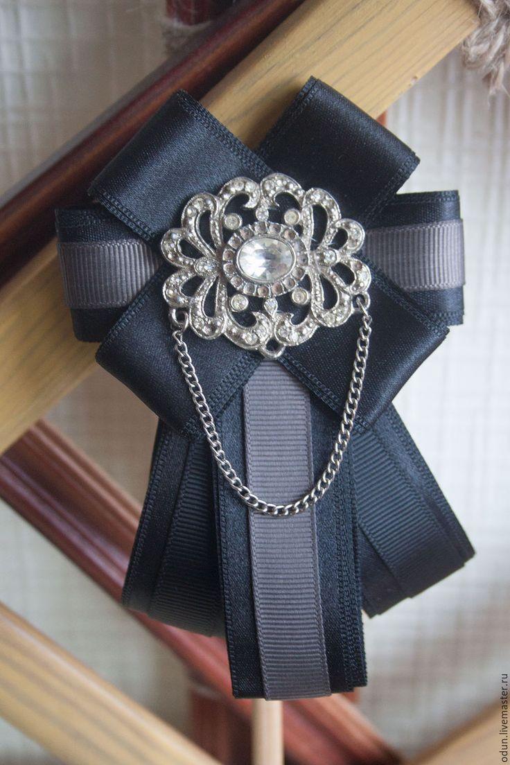 Купить или заказать Брошь - галстук в интернет-магазине на Ярмарке Мастеров. Брошь-галстук из репсовых и атласных лент. Центральный элемент- старая брошь с цепочкой.