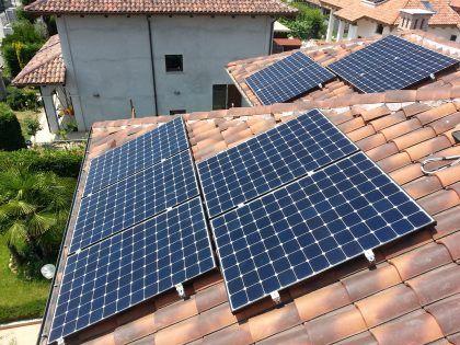 Installazione di pannelli #fotovoltaici #VerdeElettrico   More info: www.verdeelettrico.it