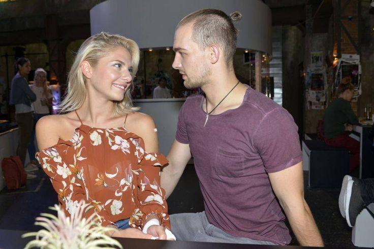 Sunny (Valentina Pahde) und Chris (Eric Stehfest) - Blicke sagen mehr als tausend Worte!