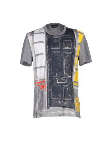 ALEXANDER MCQUEEN T-shirt. #alexandermcqueen #cloth #top #pant #coat #jacket #short #beachwear