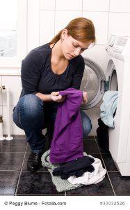 Deoflecken entfernen - ✓ Unterscheidung verschiedener Deoflecken, ✓ zielgerichtete Schritt-für-Schritt-Anleitung, ✓ Hausmittel und Spezialreiniger