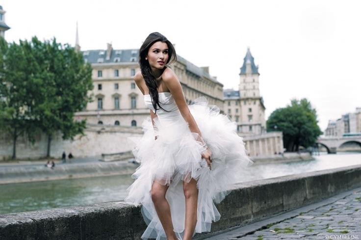 Ekstrawagancka dwuczęściowa suknia ślubna.