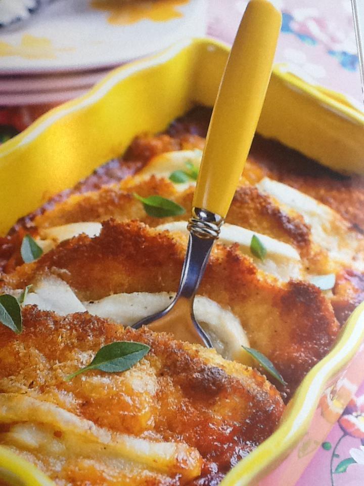 Poulet à la parmigiana de sophie dudemaine Pour 4 personnes 200 gr de chapelure 100 gr de parmesan râpé 4 escalopes de poulet 1 œuf entier 50 cl de sauce tomate de votre choix 5 cuil à soupe d'huile de tournesol 150 gr de mozzarella Sel et poivre du moulin four à 210°C (th7)
