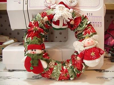 Guirlanda confeccionada em feltro, com Papai Noel, um boneco de neve e um anjo.    Visitem nosso portal cartinhaaopapainoel.com.br