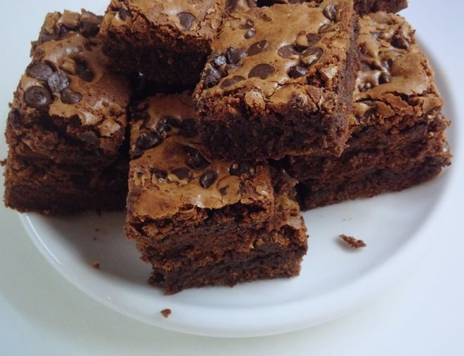 Yemek yapmayı seviyorum evet ama her şey bir yana çikolata bir yana. Ben kabul ediyorum çikolata bağımlısıyım. Zaman zaman uzak duruyorum, birkaç hafta boyunca eve sokmuyorum, marketle çikolata rey…