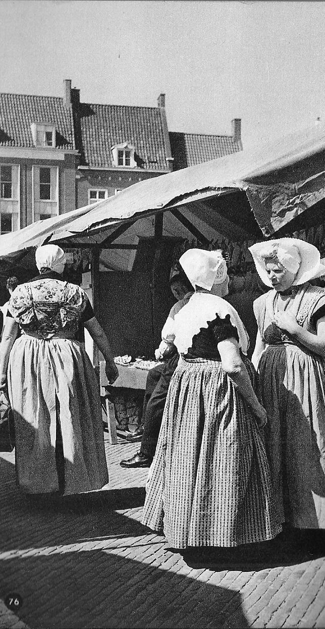 Uit het boekje 'Nederland' van Kees Scherer uit 1960 p 76: Markt te Middelburg