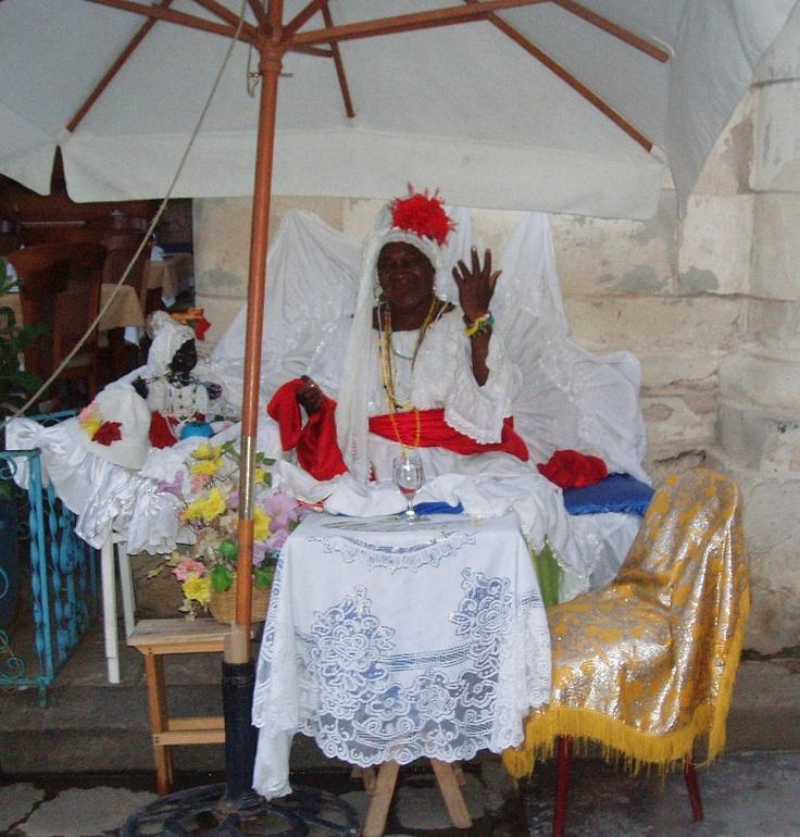 Leticia Pérez Sánchez: mujer fumando un puro habano. La Habana (Cuba). Febrero 2008. Plano de conjunto a color. JPEG 1417 x 1483 píxeles. 72 ppp.