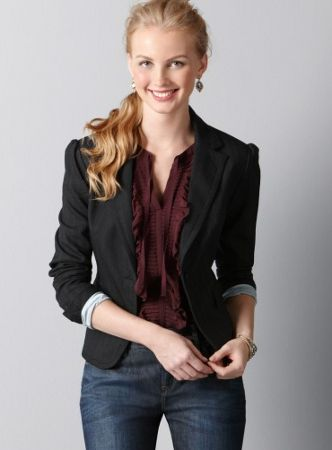 Blazer, jeans y blusa: combinación ideal para un look de casual friday