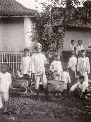 A Soendanesche man with his carriage go to the market in Bandoeng 1910,