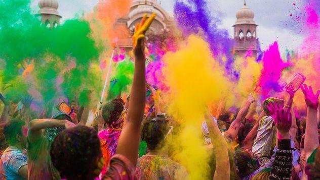 Holi, el festival del color en la India | Lonely Planet | Cada año, la India se tiñe de brillantes colores para recibir la primavera y durante dos días, parece que las enormes brechas sociales desaparecen. Es el Holi, un festival en el que hombres y mujeres, ricos y pobres, niños y mayores se unen para celebrar juntos esta fiesta tan esperada.Leer más: http://lonelyplanet.es/blog-holi-el-festival-del-color-en-la-india-338.html