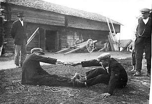 SKS vuotuisjuhlat. Juhannus. Kissanhännän veto. Kesähuveja kahdelle. Samuli Paulaharjun vuonna 1928 Perhossa kuvaamia kesäpyhien huvituksia.