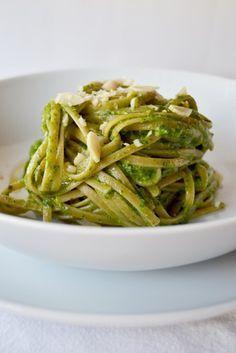 Linguine integrali con pesto di broccoletti e mandorle. Ricetta e foto di Roberta Castrichella.