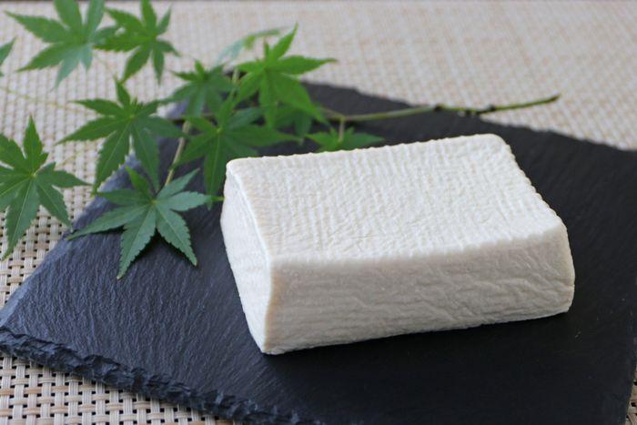 まるでモッツァレラチーズのようにもっちりと濃厚な「塩豆腐」。チーズは好きだけれどカロリー制限などでがまんしている人などにおすすめ!