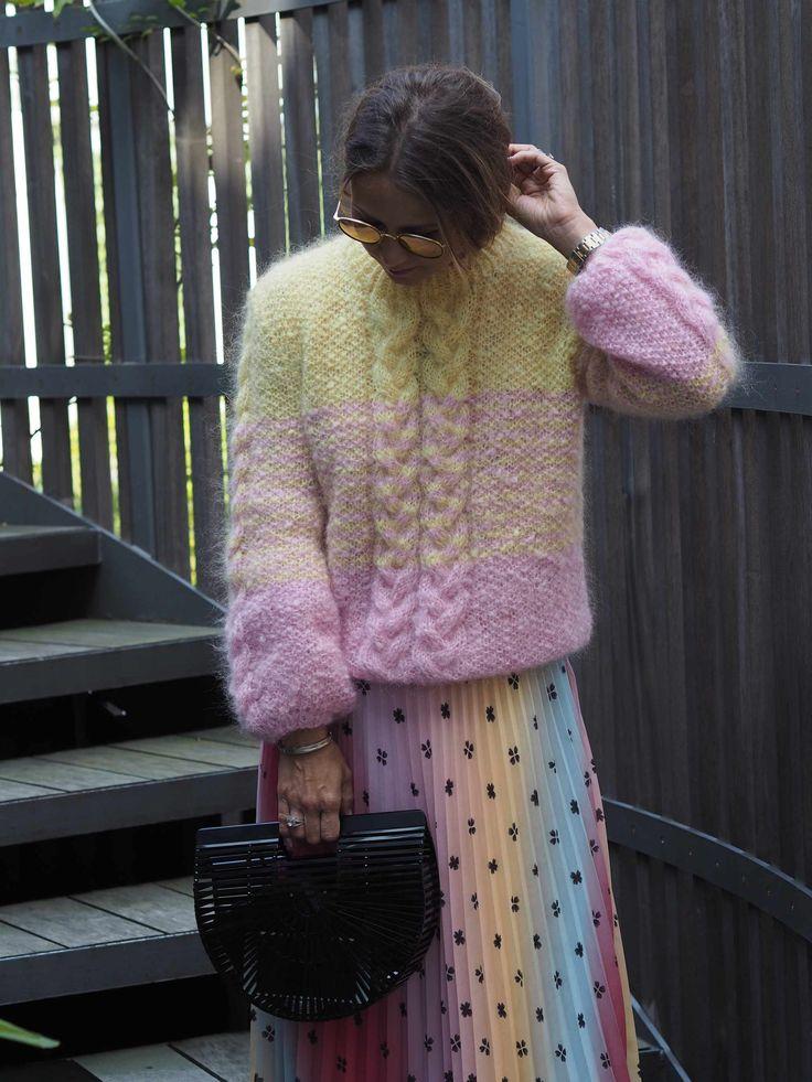 Jeg lovet dere flere strikkeoppskrifter og her er det nyeste tilskuddet. Jeg har blitt superglad i den allerede, og måtte pakke den med meg til København Fashionweek. Denne er strikket i lys rosa og lys gul, men man kan selvfølgelig være kreativ og kombinere de fargene man liker best. Håper dere liker den!