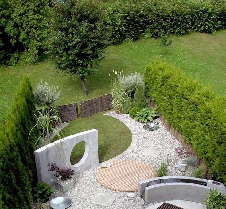 petit jardin décoré d'une haie vivante, gravier décoratif et bassin en ciment