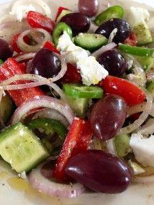 Smaakvolle Griekse salade waarbij het water je in de mond loopt. Lees hier meer over dit recept: http://blog.sunweb.nl/blog/2013/06/13/wat-eet-men-in-griekenland/