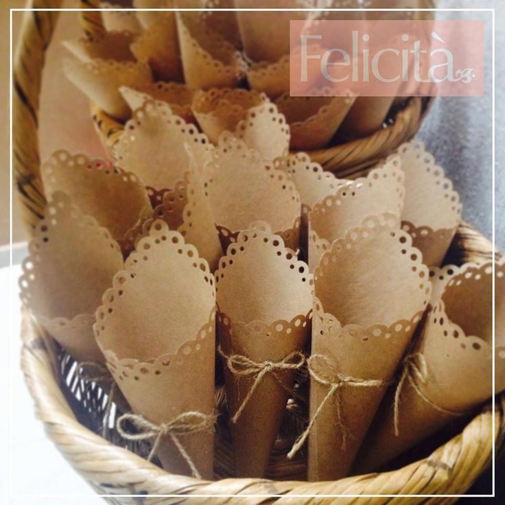 Cucuruchos para rellenarlos de dulces, pétalos o arroz.