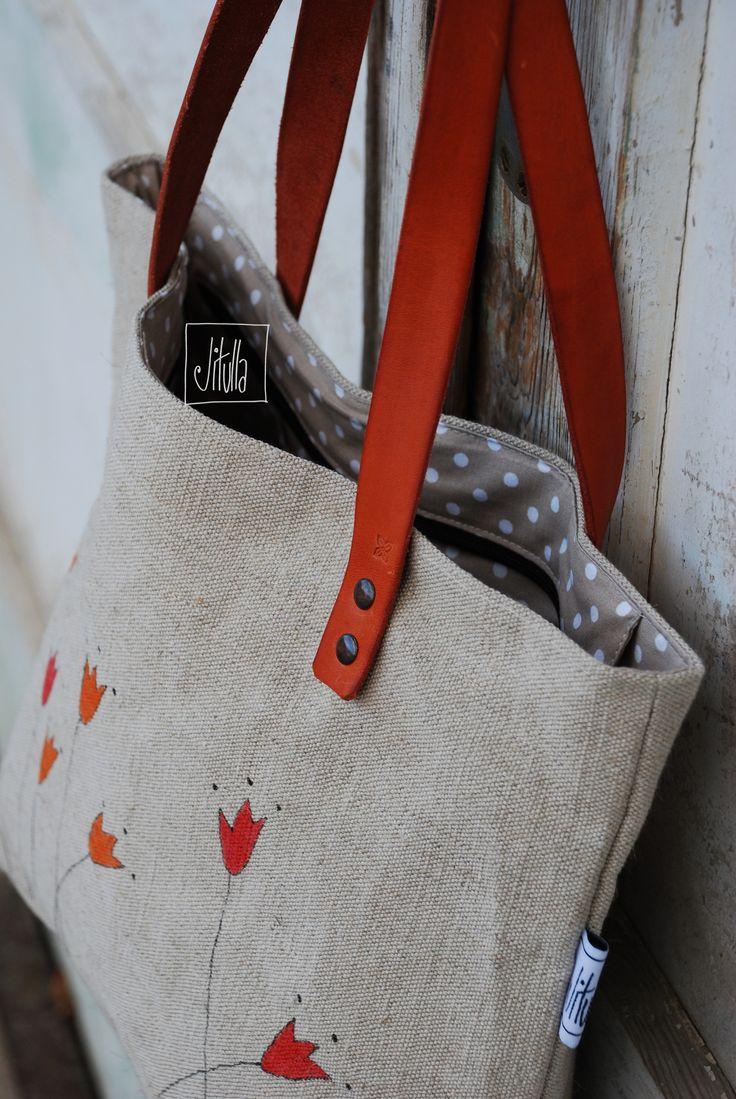 tulipánová taška je z velmi pevného lnu, čím častěji bude nošená, tím bude krásnější.... lněná taška na zip s ručně malovaným obrázkem, podšitá puntíkatou bavlněnou látkou, uvnitř jedna kapsa v.cca 32cm, š.cca 40cm uši kožené - šířka 2,5cm, délka (měřeno od okraje tašky) 50cm údržba: Tašku ze 100% lnulze impregnovat impregnačním sprejem na ...