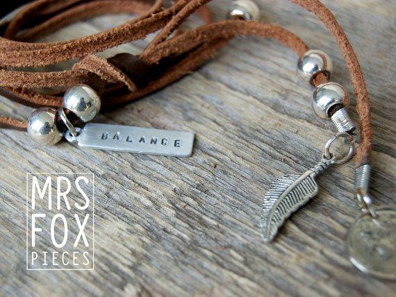 MultiWrap - Luxe XXL Suede wrap - Prachtig als ketting, armband, enkelband of hoofdband, met handgestempelde tag, munt en veer bedel