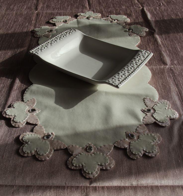 Çiçek Motifli Runner. Deri üzerine değişik renkli motifle süslenmiş, taş ve boncuk işlemeli runner.