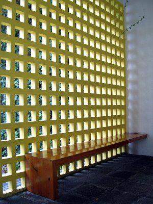 Capilla y Convento de las Capuchinas Sacramentarías, centro de Tlalpan, D.F. 1953-1960. Arq. Luis Barragán. Vitral, Cruz y altar de láminas de oro, obras de Mathías Goeritz.