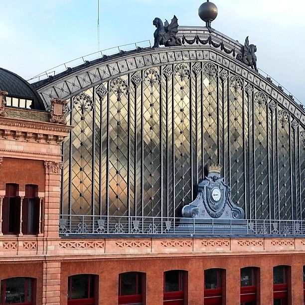 Sevilla, Valencia, Barcelona... ¡Todos los puntos de España conectan con Atocha! Por cierto, ¿conocéis su jardín tropical? A Vicenta le encanta pasar sus mañanas libres viendo las tortugas de su estanque... / MNAD