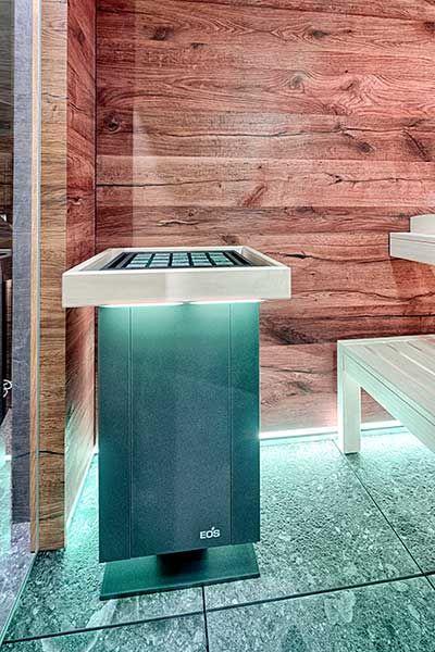 Moderner Saunaofen in Altholz-Sauna