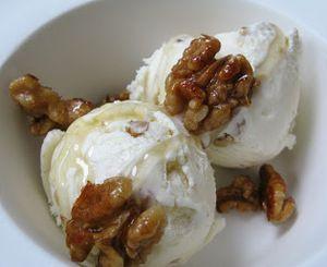 IJs van Griekse yoghurt met honing en walnoten