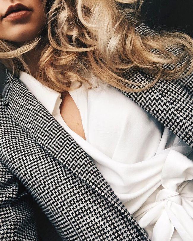 Rien de tel qu'un chemisier cache-coeur pour sensualiser un blazer masculin (instagram Anouk Yve)