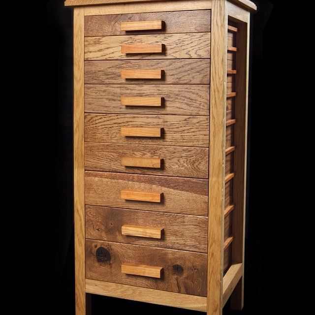 The tower of drawers made out of oak iroko and cherry. #woodwork #wood #oak #cherry #chestofdrawers #dowoodworking #woodworking #cabinet #furniture  #dovetais #fingerjoint de minick_o