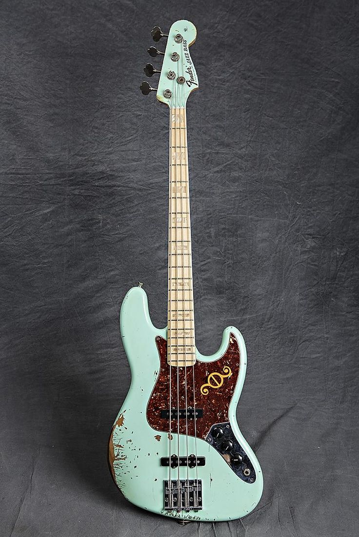 this is Geddys new Jazz bass a custom build, built by his tech and given to him as a gift prior to the tour.