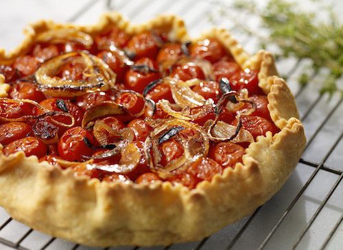 Comment faire une tarte aux tomates cerises ? Retrouvez cette délicieuse recette de tarte de Grands-Meres. Les ingrédients : une pâte brisée, des tomates cerise, des oignons blancs, un bouquet d'herbes fraîches, un filet d'huile d'olive, du sel et du poivre.