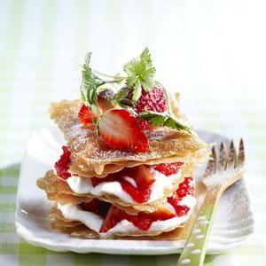 Mille-feuilles gourmand aux fraises : Mixez 200 g de fraises avec le sucre en poudre et le jus de citron. Filtrez ce coulis dans une passoire. Réservez-le au frais. Préchauffez le four th. 6/7 (200 °C).Coupez dans chaque feuille de brick 4 carrés de 10 cm. Disposez 6 carrés sur une plaque de cuisson, badigeonnez-les de beurre et saupoudrez de sucre glace. Enfournez 4 min. Réalisez une autre fournée de feuilles de brick. Monte...