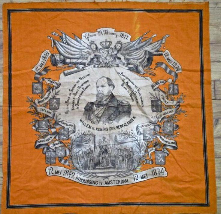 Koninklijk Huis : Het oranjedoek is gemaakt ter herinnering van het 25 jarig regeringsjubileum van Koning Willem III en Sophie (1817-1890) in 1874. Op het doek staat Hulde aan den Koning en het Huis van Oranje, 1849 - 1874. Met in het midden de afbeelding van H.H.M.M. Koning en Koningin der Nederlanden. Linksboven de afbeelding van Z.K.H. Prins van Oranje en rechtsboven de afbeelding van Z.K.H. Prins Alexander. Linksonder de afbeelding van Z.K.H. Prins Frederik en rechtsonder de afbeelding…