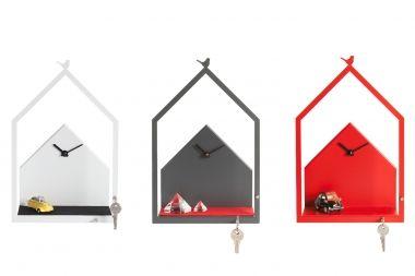 Eine absolute Wanduhr-Neuheit! Die Wanduhr CUCKOO SHELF von Designerin Susanne Uerlings zeigt, wie Form und Funktion in Perfektion gebracht wird. Im schlichten Design wird die Zeit betrachtet, in eigener Kreativität kann auf der vorderen Ablage dekoriert werden.  Die Ablage ist so designed, dass sie wahlweise mit einer Wollfilzauflage kombiniert werden kann. Schlüssel, Handy oder einfach schöne kleine Dinge verzieren die Uhr und sorgen dafür, dass sie individuell bleibt.