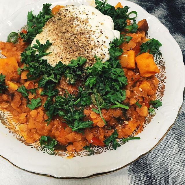 Marokkaanse groentestoofpot, oh myyyy zo lekker! Met o.a. rode linzen, zoete aardappel, sinaasappel, paprika, komijn, kaneel en yoghurt 😍 #moroccan #vegetablestew #vegetarian #sweetpotato #goodfood