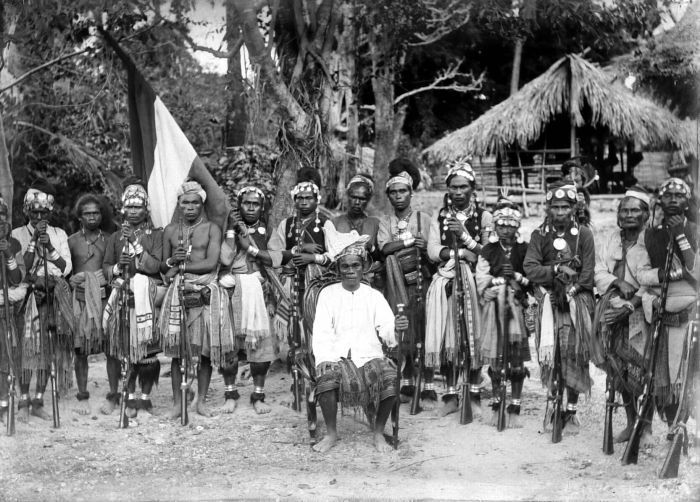 COLLECTIE TROPENMUSEUM Het hoofd van Molo met zijn gevolg op bezoek bij de posthouder van Babaoe Timor TMnr 10001758.jpg