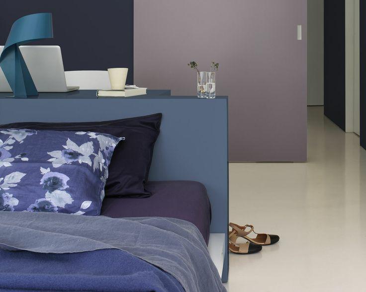 Vivez en ultra-violet. Pour une chambre à coucher à l'ambiance intense et passionnée mais subtile, associez des nuances de violet profond à des teintes de bleus orageux et littoral.