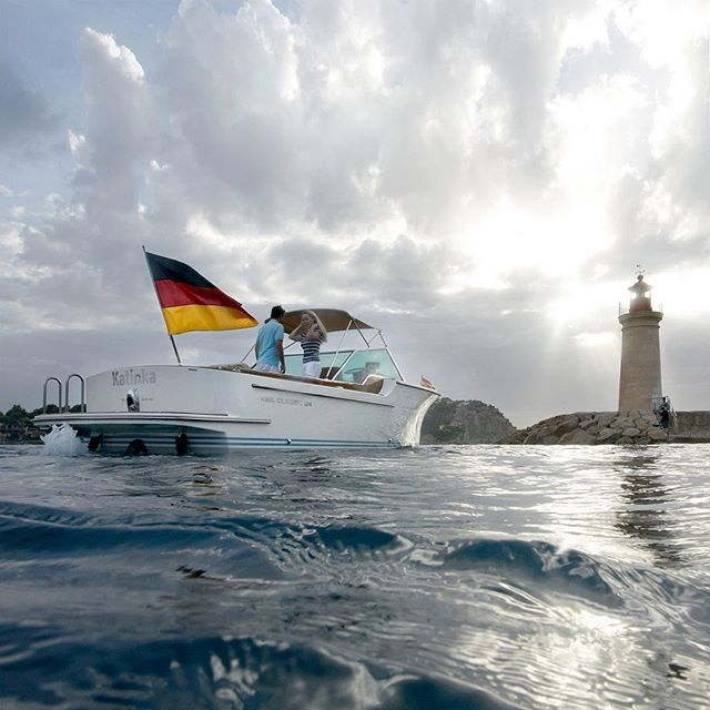 Hello weekend - It's time for a sundowner on a KIEL CLASSIC 24m. m stands for our MEDITERRANEAN, MATCHLESS, MODERNISTIC style #kielclassic #yacht #yachting #boat #boating #boatinglife #mallorca #andratx #superyacht #luxury #lifestyle #goals #coast #lighthouse #sun #sundowner