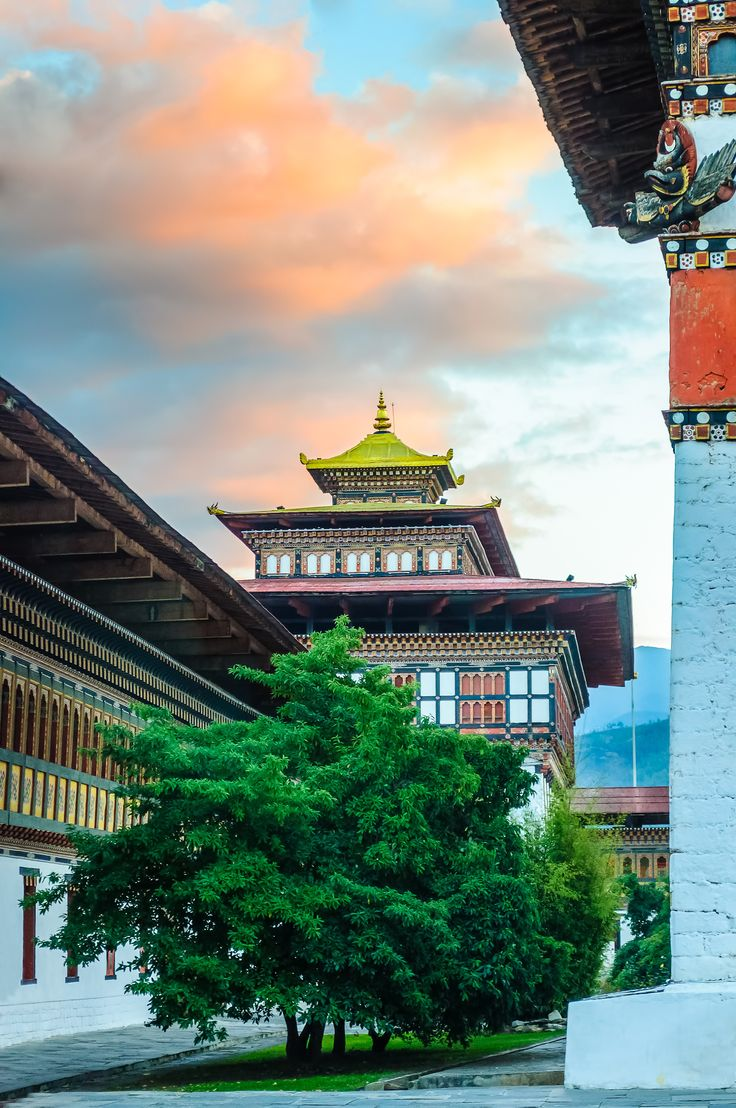 Bhutan's Tashi chhoe Dzong, fortress and monastery - Bhutan's Tashi chhoe Dzong, fortress and monestary with copy space