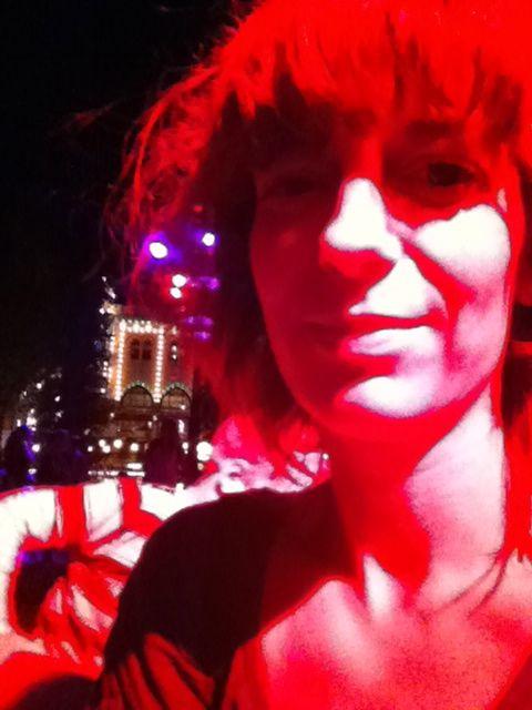 Maler Tivoli rød. Eller nærmere - Tivoli maler byen og menneskene røde.