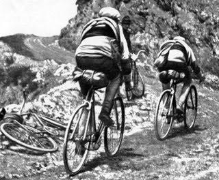 Tour de France 1919. Tourmalet. Honoré Barthélémy (F) (qui terminera à la 5ème place du classement général final) ouvre la voix à Firmin Lambot (B).