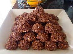 Coconut Clusters Bestanddele 125 ml melk (1/2 k) 125 ml kakao (1/2 k) 500 ml suiker (2 k) 125 ml margarien (1/2 k) 750 ml hawermout (3 k) 5 ml vanieljegeursel (1 t) 250 ml klapper (1 k) 'n handvol grondboontjies -...
