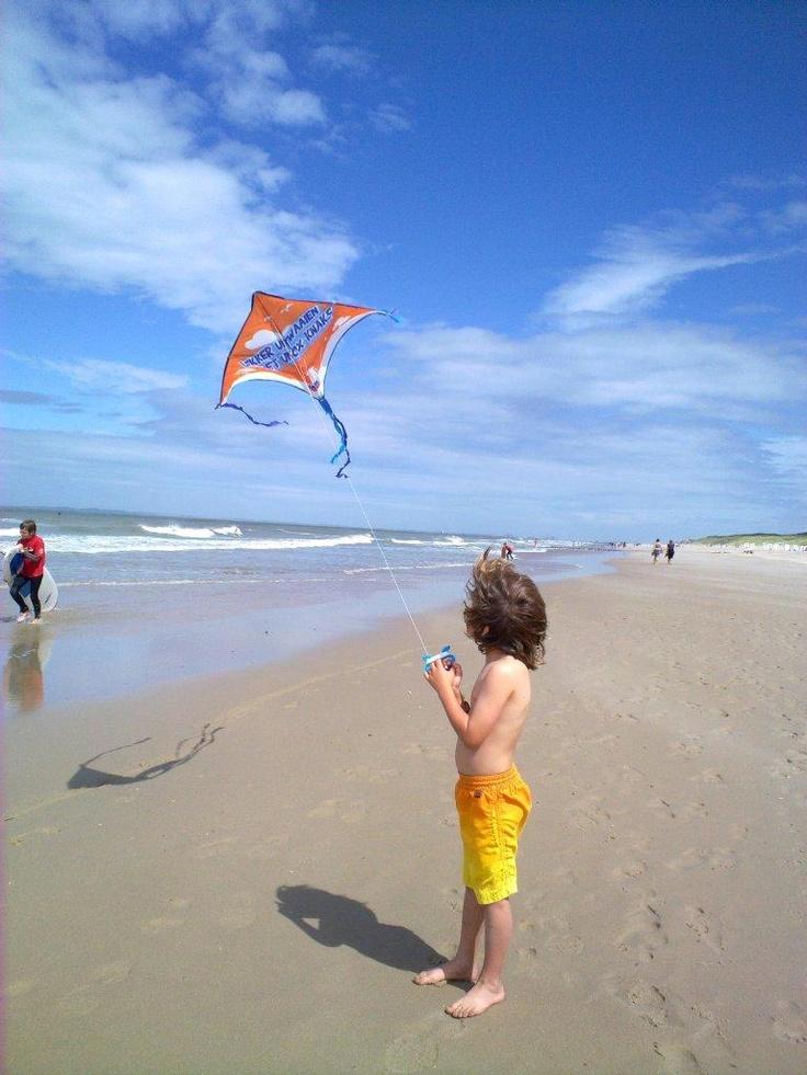 Vliegeren op het strand bij FarmCamps de Kamperhoek